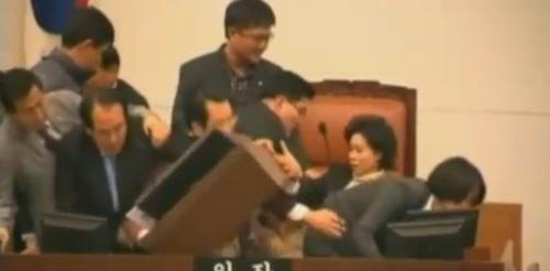 Massenschlägerei im südkoreanischen Parlament